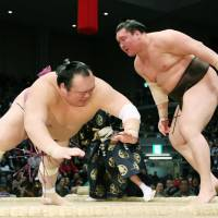 Hakuho stays win ahead of two challengers