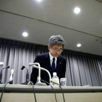 Kobe Steel Executive Vice President Naoto Umehara bows his head to apologize after a news conference in Tokyo on Dec. 21. | REUTERS