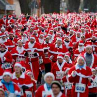 More than 1,000 Santas brave the cold to run through streets of German town