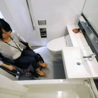 Tokyo lags behind other major international cities for availability of hotel rooms accessible to people with disabilities. | KYODO