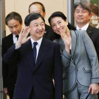 The government is reportedly considering designating 10 consecutive days as holidays, from April 27 to May 6 in 2019, to coincide with Crown Prince Naruhito's succession to the throne on May 1. | POOL / VIA KYODO