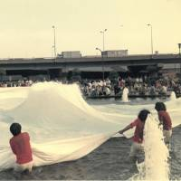 'White Cloth: 400 m2' (1972) | COURTESY OF HYOGO PREFECTURAL MUSEUM OF ART