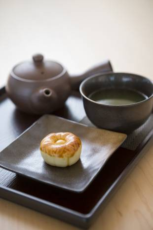 A cafe at the garden serves cups of genmaicha tea and manju confections.
