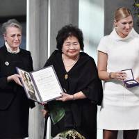 In search of peace: Hiroshima atomic bombing survivor Setsuko Thurlow (center) and Beatrice Fihn (right), executive director of the International Campaign to Abolish Nuclear Weapons, receive the Nobel Peace Prize from Norwegian Nobel Committee chair Berit Reiss-Andersen in Oslo on Dec. 10. | KYODO