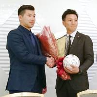 Seibu Lions catcher Ginjiro Sumitani (left), posing for a photo with outgoing chairman Motohiro Shima of the Tohoku Rakuten Golden Eagles on Thursday, is the new head of the Japan Professional Baseball Players Association. | KYODO