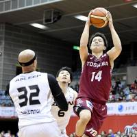 The Brave Thunders' Naoto Tsuji, seen in action in Friday's series opener, made 10 of 19 3-pointers in a pair of home games against the SeaHorses this week. Tsuji scored 12 points in Kawasaki's 89-58 bounce-back win on Saturday. | KYODO
