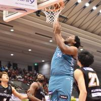 Surrounded by three Osaka defenders, Kyoto's Joshua Smith puts up a shot in the second quarter during Saturday afternoon's game. Smith scored 22 points in the Hannaryz's 81-65 road win over the Evessa. | B. LEAGUE