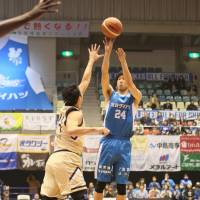 The Lakestars' Koyo Takahashi takes a first-quarter jumper against the Golden Kings on Friday in Otsu, Shiga Prefecture. | B. LEAGUE