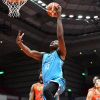 Kyoto's Julian Mavunga scored 18 of his 22 points in the fourth quarter and overtime on Friday night. | B. LEAGUE