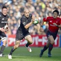 Ricoh's Tamata Ellison carries the ball in the first half against NTT Docomo on Saturday. The Black Rams defeated the Red Hurricanes 34-12 at Prince Chichibu Memorial Rugby Ground. | KYODO
