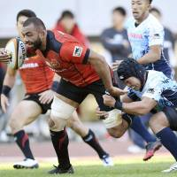 Toshiba's Michael Leitch goes on the attack during the Brave Lupus' 27-22 win over Yamaha Jubilo in the Top League on Sunday. | KYODO
