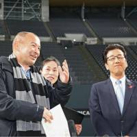 England rugby national team coach Eddie Jones (left) visits Sapporo Dome on Tuesday. England opens its 2019 Rugby World Cup campaign at the venue. | KYODO