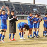 Panasonic players acknowledge their supporters after beating the Munakata Sanix Blues on Sunday.   KYODO