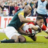 Karne Hesketh (right) scores the winning try in Japan's 34-32 victory over South Africa at the 2015 Rugby World Cup in Brighton, England. | KYODO