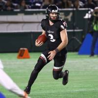 Fujitsu Frontiers quarterback Colby Cameron carries the ball during Monday's Japan X Bowl against the IBM BigBlue at Tokyo Dome. Fujitsu won 63-23 to claim back-to-back X League championships. | KUNIHITO GOTO