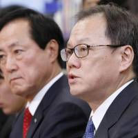 Tatsufumi Sakai (right), head of Mizuho Financial Group Inc.'s securities unit, will succeed Yasuhiro Sato (left) as the banking group's president and CEO on April 1.   KYODO