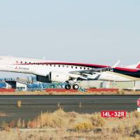 A Mitsubishi Regional Jet lands at Grant County International Airport at Moses Lake in the state of Washington following a test flight in September 2016. | KYODO