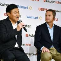 Rakuten Inc. CEO Hiroshi Mikitani (left) and Wal-Mart Stores Inc. CEO Doug McMillon hold a news conference at the Japanese e-commerce firm's headquarters in Tokyo on Friday. | KYODO