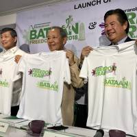 Meeting in the Manila suburb of Quezon (from left), Philippine Veterans Affairs Office Administrator Ernesto Carolina, Philippine Veterans Bank Chairman Roberto de Ocampo and PVB President Nonilo Cruz attend a ceremony Thursday to launch the Bataan Freedom Trail and Bataan Freedom Run, scheduled for spring in commemoration of the 1942 Bataan Death March. | KYODO