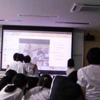 Students from Shiga Prefectural Maibara Senior High School take part in an interactive session with overseas students as part of an English program  using an original curriculum introduced by teacher Mio Horio. | COURTESY OF MIO HORIO