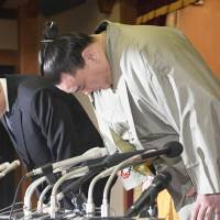 Former sumo grand champion Harumafuji bows during a news conference to apologize for his assault on a rival wrestler on Dec. 29. An invitation previously made to the Imperial couple has been canceled in the wake of recent sumo-related scandals, including Harumafuji's violence. | KYODO