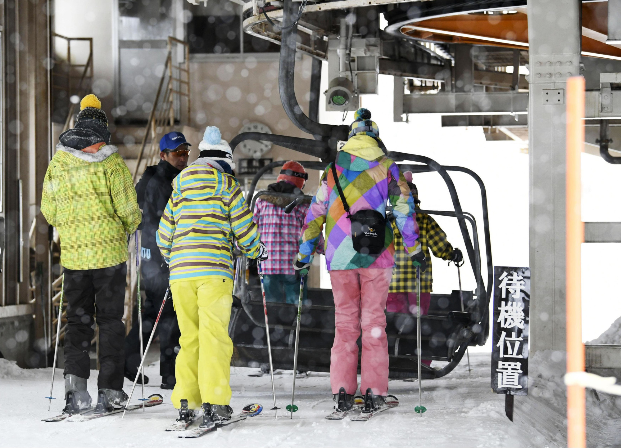 Skiers board a gondola at a ski resort in Kusatsu, Gunma Prefecture, on Wednesday morning. The resort resumed operations partially following a volcanic eruption nearby the previous day, but the number of skiers declined sharply. | KYODO