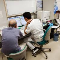 A new system to certify doctors as specialists in internal medicine and surgery, which is time-consuming and requires them to work in remote areas, is causing an increasing number of young physicians to shun these fields. | BLOOMBERG