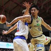 Ryukyu guard Ryuichi Kishimoto makes a difficult pass in the second quarter of Tuesday's game against Shimane in Okinawa City. The Golden Kings defeated the Susanoo Magic 77-68. | B. LEAGUE