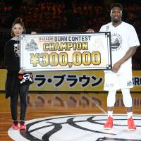 Ryukyu's Ira Brown, a former minor league pitcher, captured the Slam Dunk Contest title for a second straight year on Sunday. | B. LEAGUE