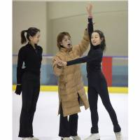 Machiko Yamada, seen here working with Mao and Mai Asada in 2005, coached Midori Ito to Japan's first world title in 1989. | KYODO