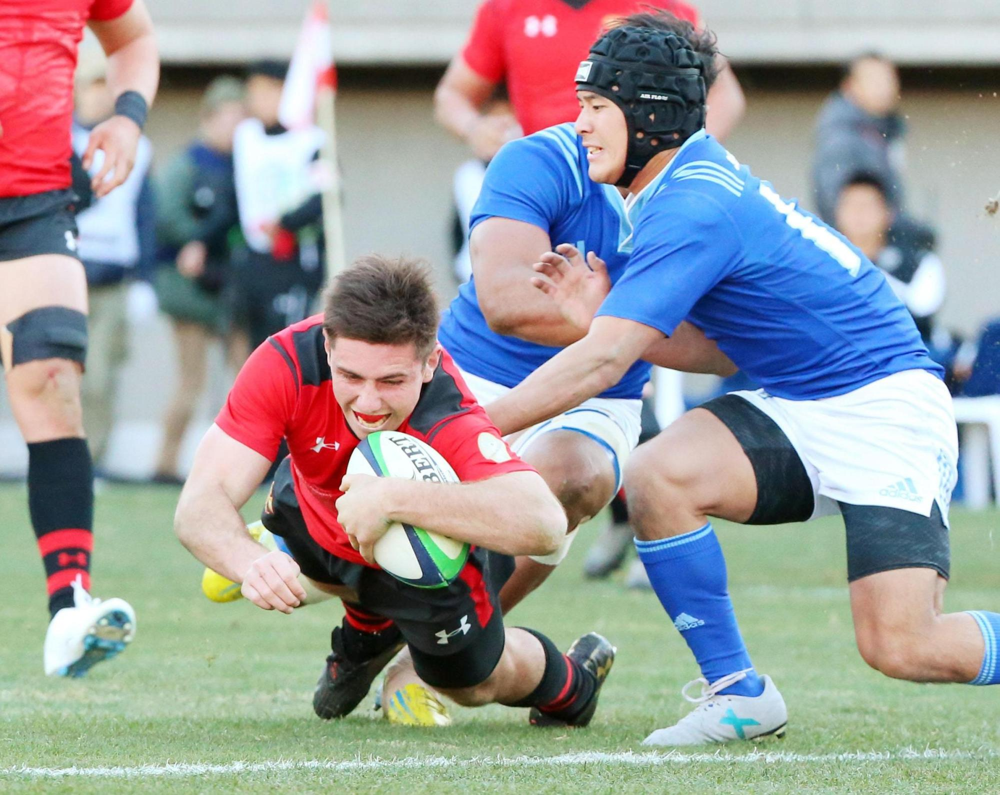Teikyo's Nicholas McCurran scores a try against Tokai University on Tuesday in the national college rugby championship semifinals at Prince Chichibu Memorial Rugby Ground. Teikyo won 31-12.   KYODO