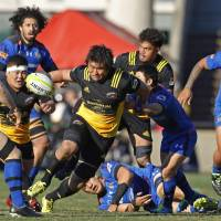 Suntory's Shinya Makabe (center) attacks the Panasonic defense during the Top League title match on Saturday at Prince Chichibu Memorial Ground. | KYODO