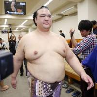 Yokozuna Kisesonato will likely be forced to make a decision about retirement after withdrawing from his fifth consecutive tournament on Friday. | KYODO