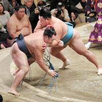 Kakuryu suffers first defeat of New Year Basho, falls into tie for lead