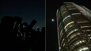 [VIDEO] People in Tokyo observe super blue blood moon at Roppongi Hills' Sky Deck rooftop