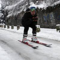 Skiers ply streets of Paris as snow snarls travel, causes 740 km in traffic jams