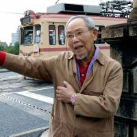 Lee Jong Keun talks about the 1945 atomic bombing near the Kojin Bridge in the city of Hiroshima. | CHUGOKU SHIMBUN