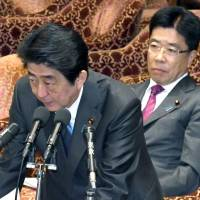 During a Diet session on Wednesday, Prime Minister Shinzo Abe rejected a call for the resignation of labor minister Katsunobu Kato (right) should more data errors be found in a 2013 working hour survey. The labor ministry has been criticized for erroneous data in the survey, which Abe cited during a Diet session. | KYODO