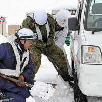 GSDF called to assist in Fukui Prefecture after 260 cars spend second night stranded in snow