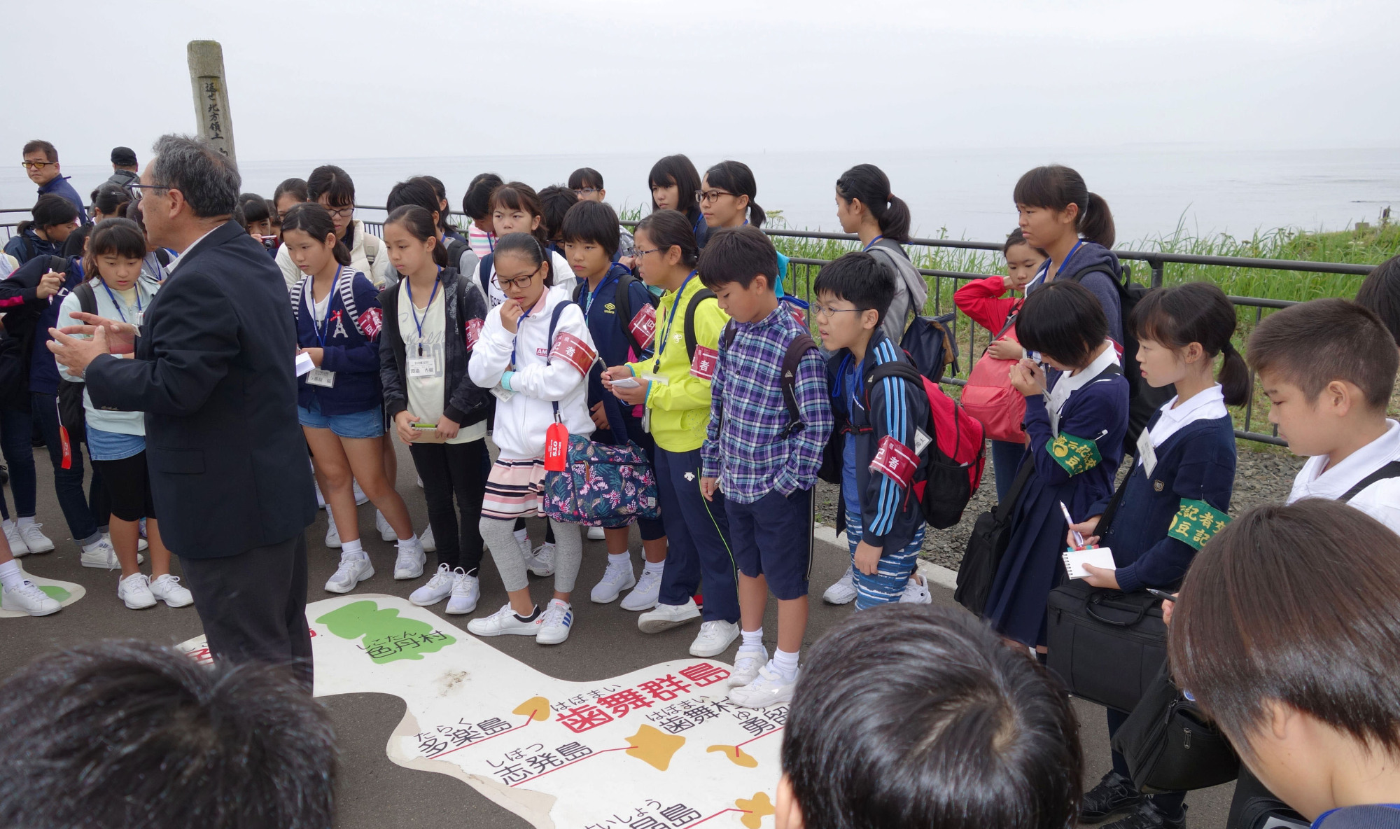 Elementary school students from Hakodate visit Cape Nosappu in Hokkaido during an introductory journalism event in August to study about the Russian-held islands claimed by Japan. The government plans to promote school trips to the area to raise young people's awareness of the issue. | KYODO