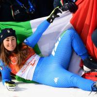 TOPSHOT - Italy's Sofia Goggia, winner, celebrates with her team after the victory ceremony of the women's Downhill at the Jeongseon Alpine Center during the Pyeongchang 2018 Winter Olympic Games on February 21, 2018 in Pyeongchang.  / AFP PHOTO / Martin BERNETTI | AFP-JIJI