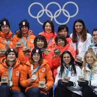 Netherlands' silver medallists Antoinette de Jong, Marrit Leenstra, Lotte van Beek and Ireen Wust, Japan's gold medallists Miho Takagi, Ayaka Kikuchi, Ayano Sato, and Nana Takagi, and USA's bronze medallists Heather Bergsma, Brittany Bowe, Mia Manganello and Carlijn Schoutens pose on the podium during the medal ceremony for the speed skating women's team pursuit at the Pyeongchang Medals Plaza . | AFP-JIJI