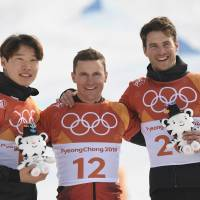 South Korea silver medalist Lee Sang-ho, Swiss gold medalist Nevin Galmarini and bronze medalist Zan Kosir of Slovenia celebrate on the podium during the victory ceremony for the men's snowboard parallel giant slalom event. | AFP-JIJI