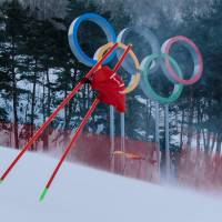 TOPSHOT - A gate flag flutters in the wind after the women's giant slalom was postponed due to high winds at the Jeongseon Alpine Center during the Pyeongchang 2018 Winter Olympic Games in Pyeongchang on February 12, 2018.   / AFP PHOTO / Dimitar DILKOFF | AFP-JIJI