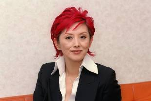 Mari Natsuki poses for a photo in 2004.