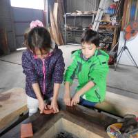 Children enjoy experience of making Yuge salt. | SHIMANO KAISHA