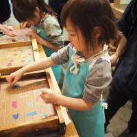 The Ozu Washi workshop encourages visitors to decorate what will become a sheet of washi paper. | MIO YAMADA