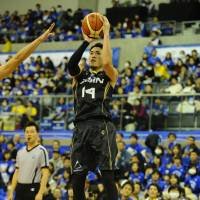 SeaHorses veteran swingman Kosuke Kanamaru shoots a pull-up jumper in the first quarter against the Brex on Saturday in Toyota, Aichi Prefecture, Kanamaru scored a game-best 32 points as Mikawa earned an 81-77 victory. | B. LEAGUE