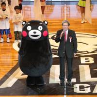 Kumamoto Gov. Ikuo Kabashima, flanked by popular mascot Kumamon, offers words of gratitude before the All-Star Game on Jan. 15 to the B. League and the nation for its support of the prefecture in its recovery from two major April 2016 earthquakes. | B. LEAGUE