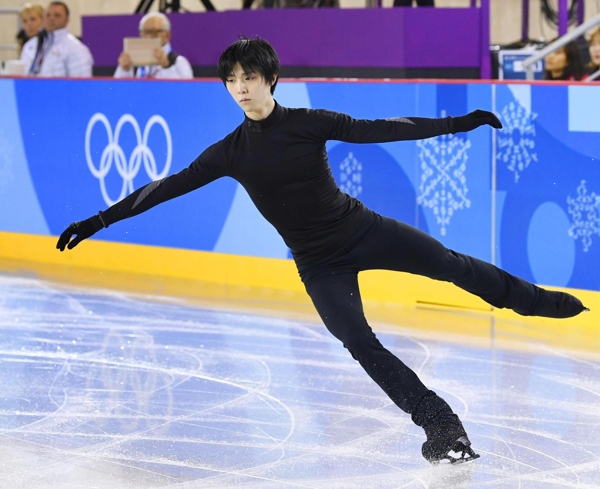 Yuzuru Hanyu works out on the practice rink at Gangneung Ice Arena on Monday in Gangneung, South Korea. | KYODO